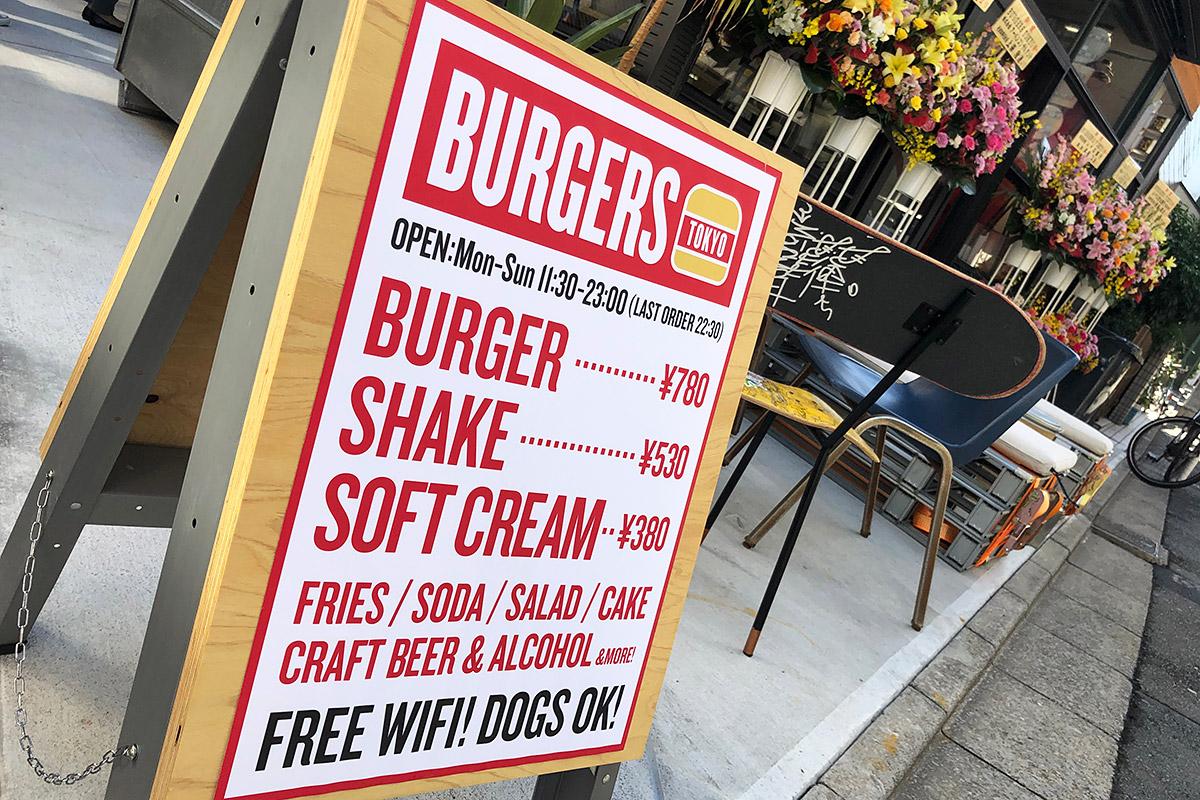 ハンバーガーに加え、シェイクやソフトクリームもあります。そして、この看板にも書かれていますが、1Fとテラス席についてはわんこもOK。実際、犬の散歩中のお客さんも、そのままカウンターで注文していました
