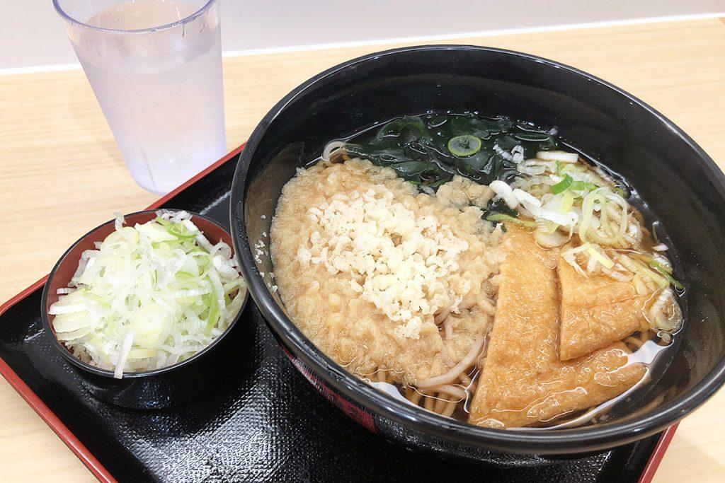 箱根そばの「朝そば」330円、ねぎ多め30円