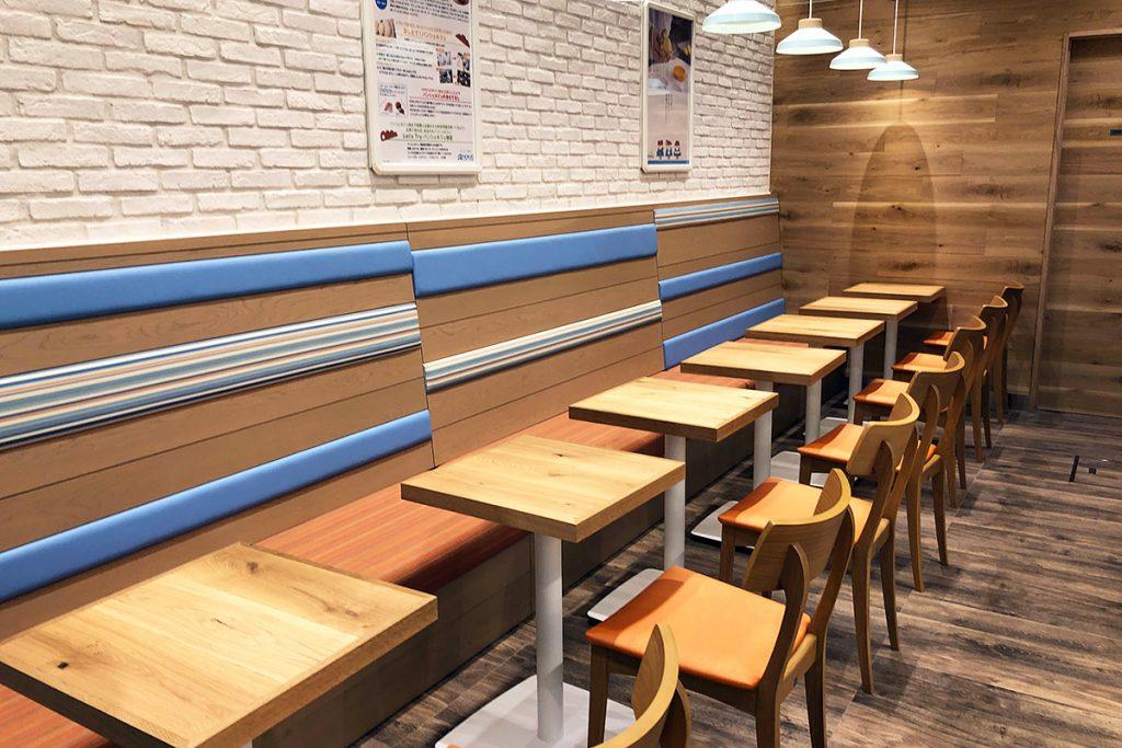 店内奥にあるカフェスペースは7つのテーブル(14席)とカウンターが4席