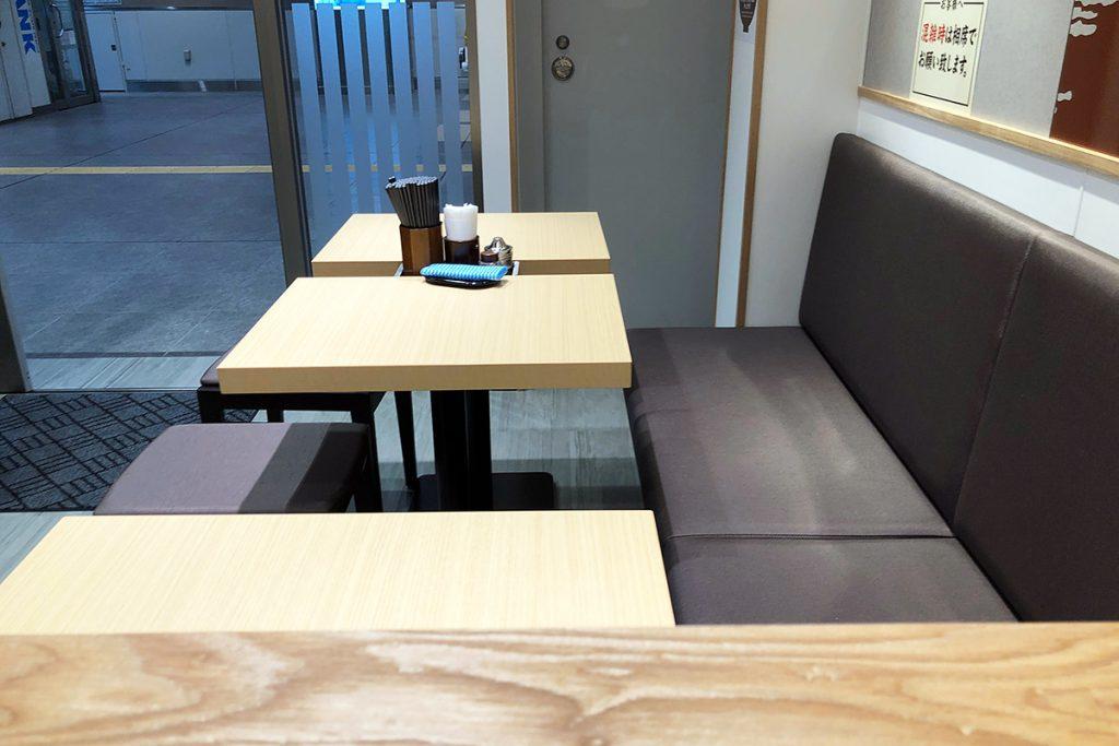店内はイスのあるテーブル席やカウンター席が中心です