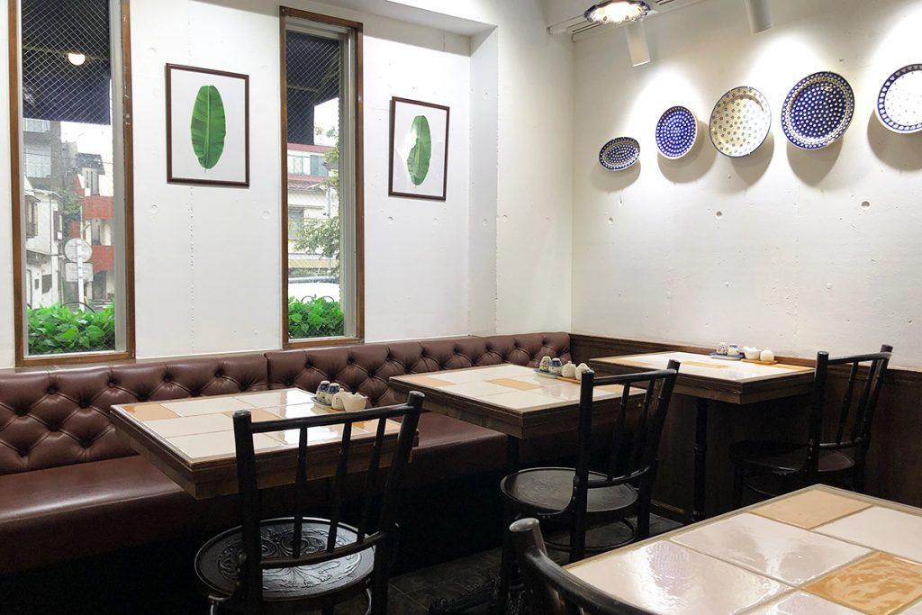 店内は4人掛けと2人掛けのテーブル席。グループでも一人でも気軽に立ち寄れます