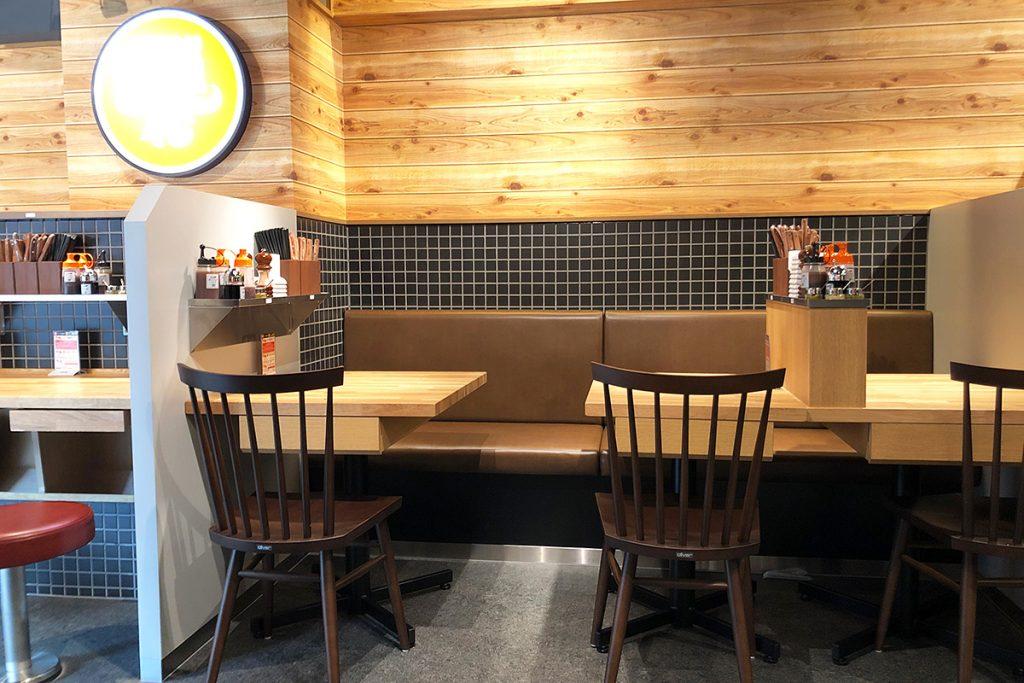 明るい店内はカウンター席が多く、一人でも気兼ねなく入れます