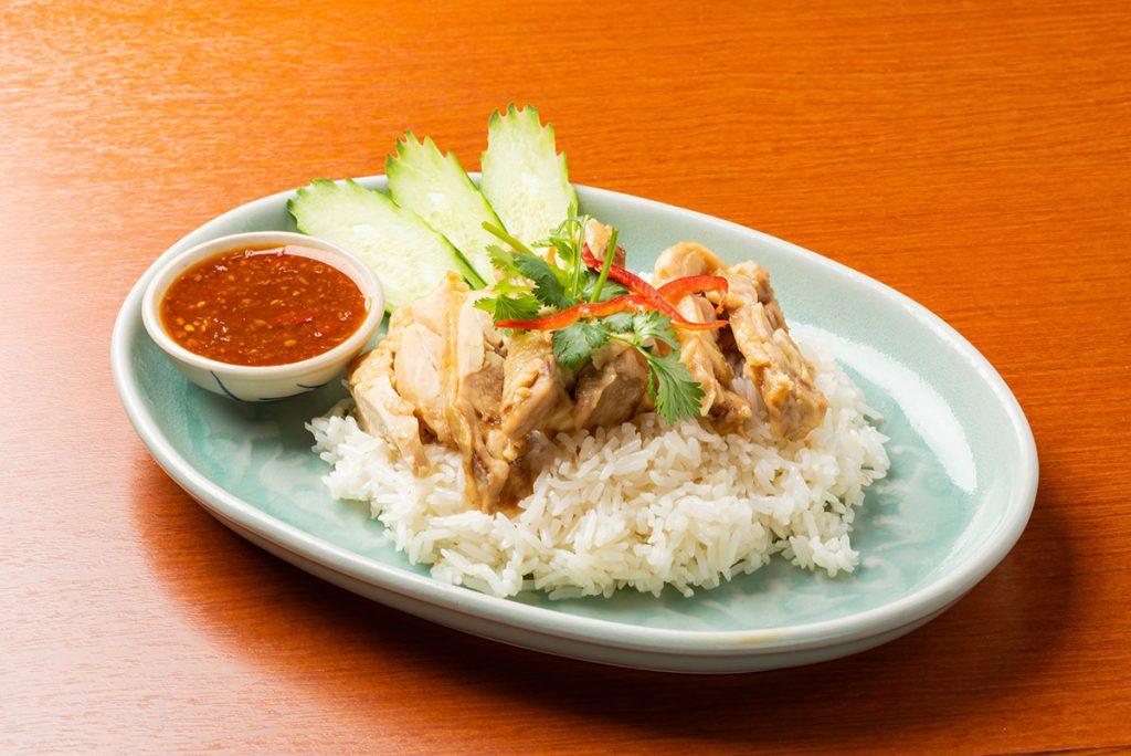 「カオ・マン・ガイ」1,100円(税込) タイ風ゆで鶏炊き込みご飯。たっぷりの香草で炊き込んだふわ〜と香り高いご飯。その上にしっとりしたゆで鶏を載せました。辛味噌ソースでいただきます
