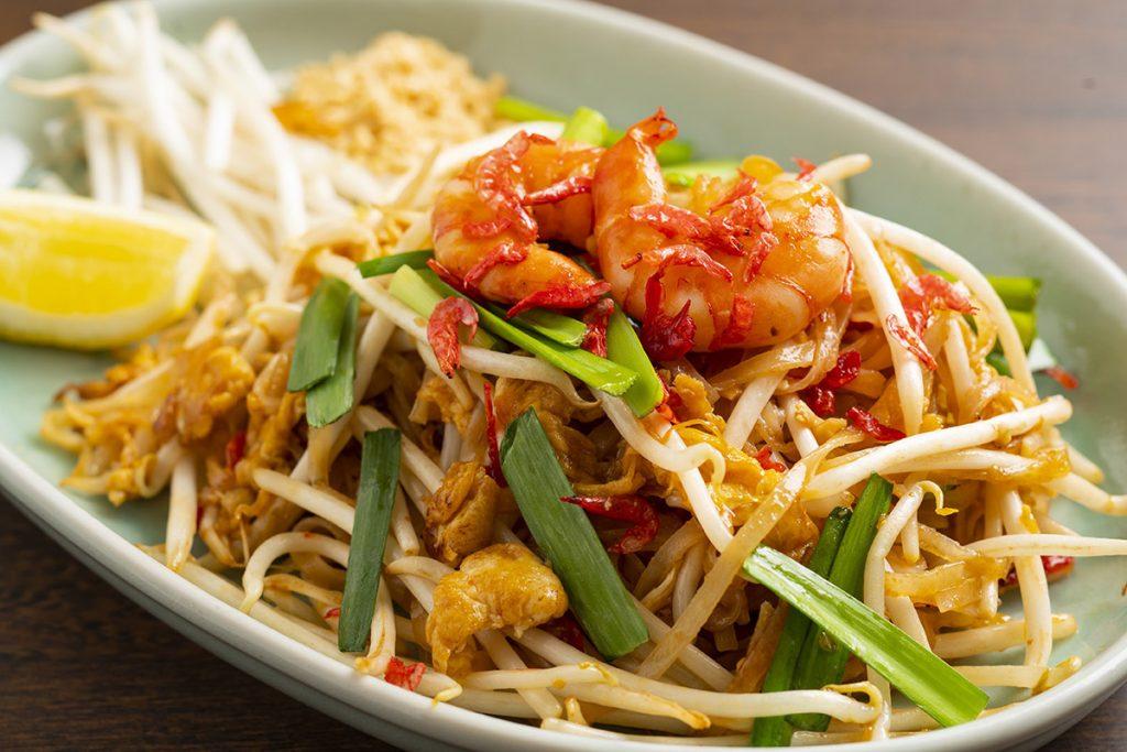 「パッ・タイ」1,100円(税込) タイの人気の麺料理・エビ入り焼きビーフン。麺のもちもち食感がクセになります。タマリンドソースを使って、ほんのり甘酸っぱく仕上げました。