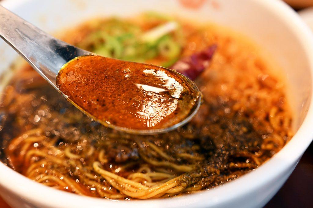 スープはこんな感じ、この時点でもまだ《美味しそう>>>辛そう》という心境