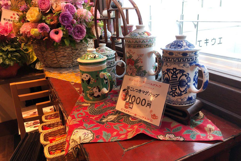 店内は可愛いチャイナ雑貨が並びます。この茶こし付き湯呑みほしいな