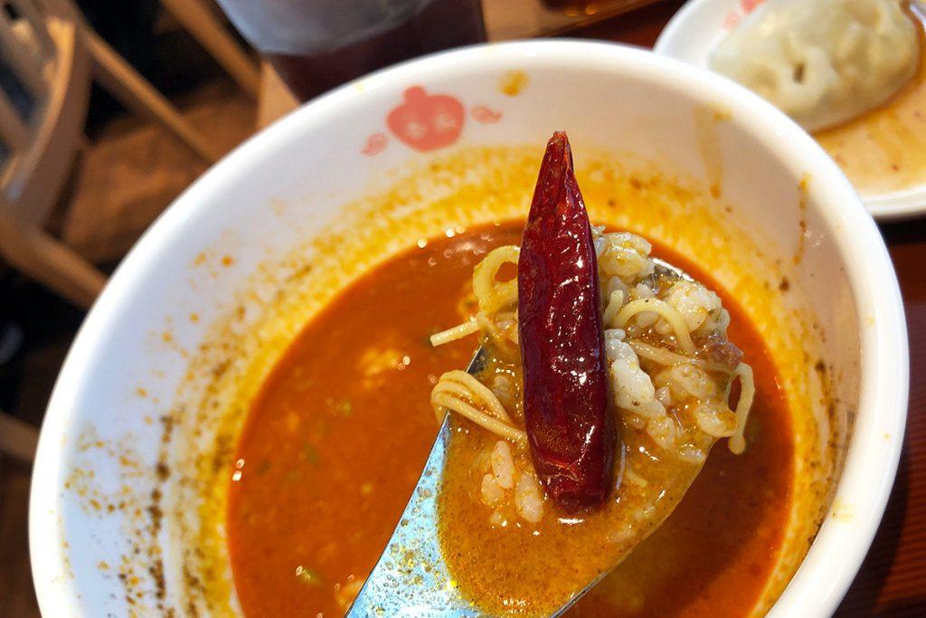 そして、スープの中に深く紅いこいつが残っていることに気がついた