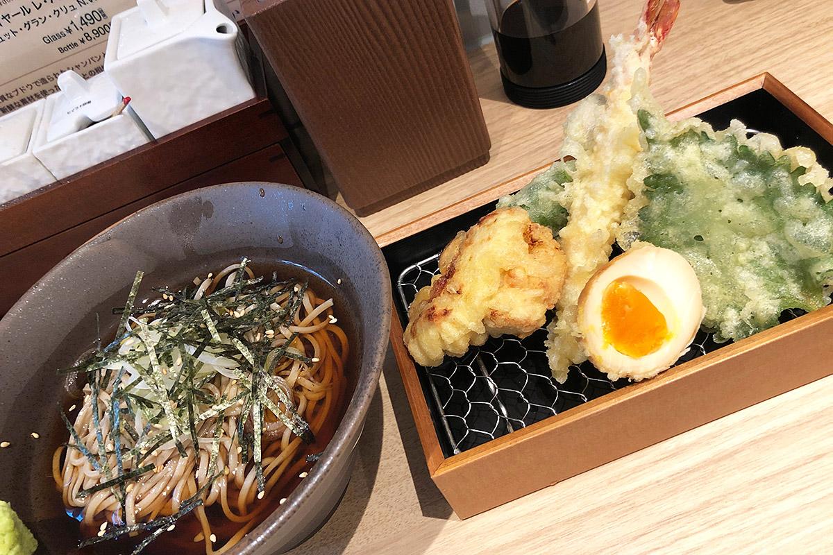 立呑み天ぷら KIKUの「天ぷら 冷やし蕎麦セット」900円(税込)