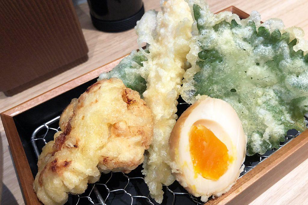 天ぷらは、海老・茄子・万願寺・大葉・鶏から天・味玉の6種類