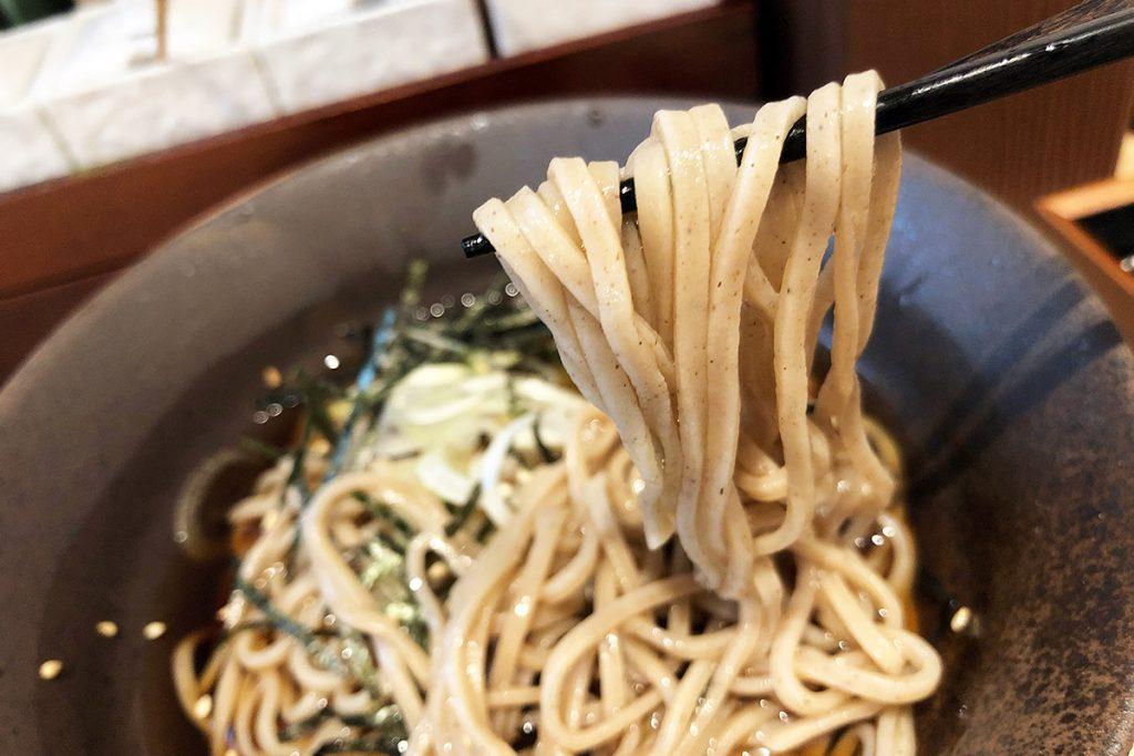 天ぷらとお蕎麦の組み合わせは最強。冷やしなので伸びない、天ぷらだけ食べて後から蕎麦もありだし、一緒に食べるのもアリ。というか、ビールが飲みたい
