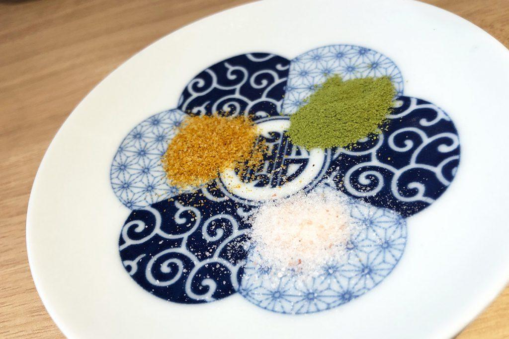 卓上にあるカレー塩・抹茶塩・ヒマラヤ岩塩で好みの味に