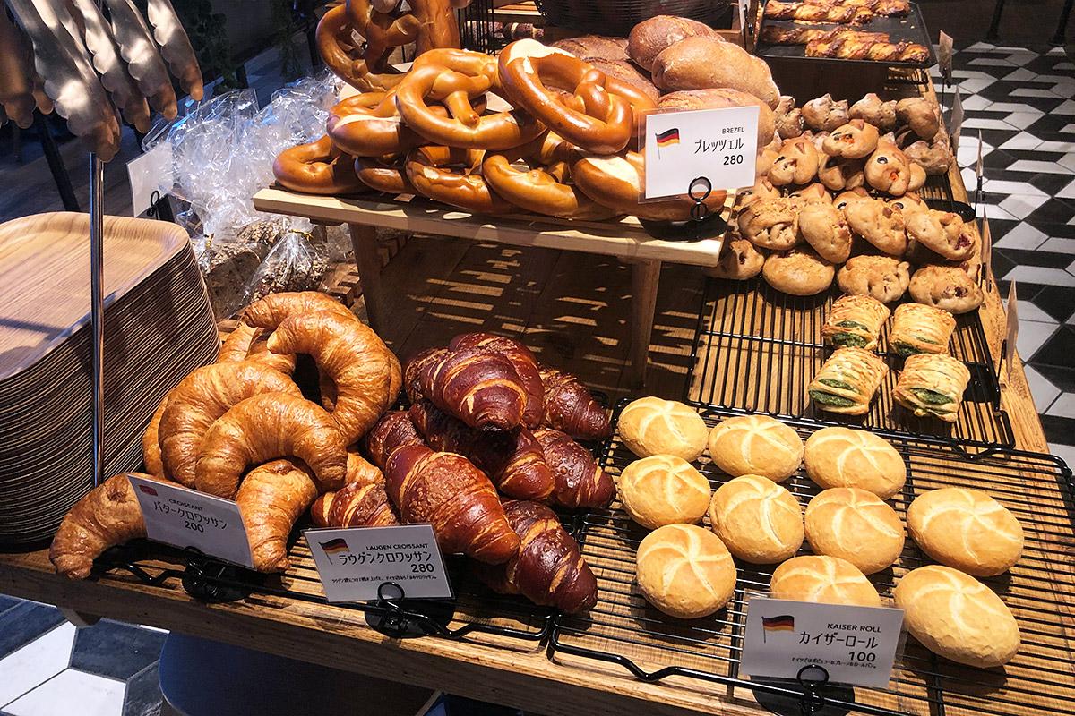 ドイツのパンと言えばプレッツェル、カイザーロールやクロワッサンなどが並びます