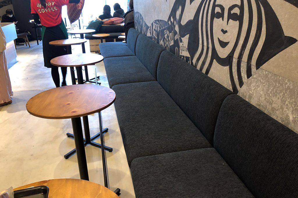 入り口から壁沿いには座り心地のよいソファータイプの席、テーブルの間隔も下北沢のお店と思えない幅