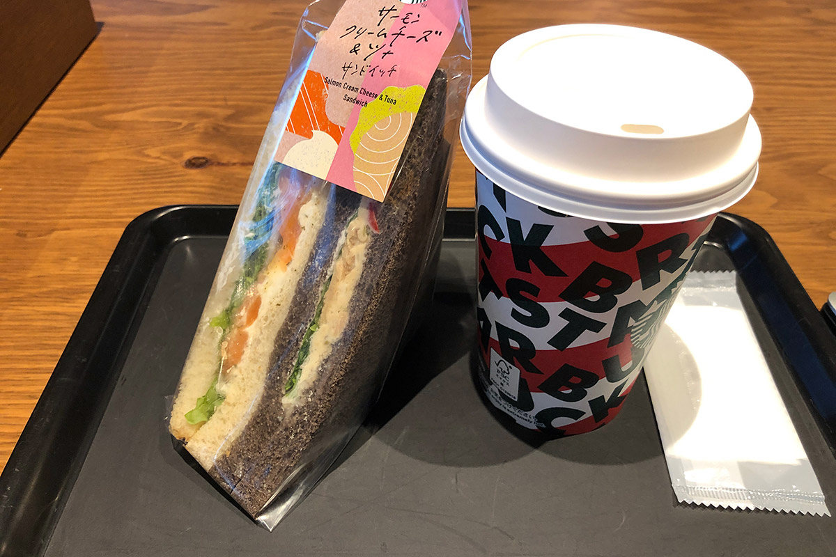 「サーモンクリームチーズ&ツナサンドイッチ」580円(税別)と「スターバックスラテトールサイズ」380円(税別)