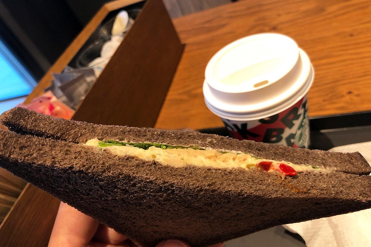 ツナサンドはダークライブレッドを使用し、タマネギや赤ピーマン、ポテトを使ったツナサラダを挟んだサンド。スターバックスらしい見た目にも味にも他にはないツナサンドになっています