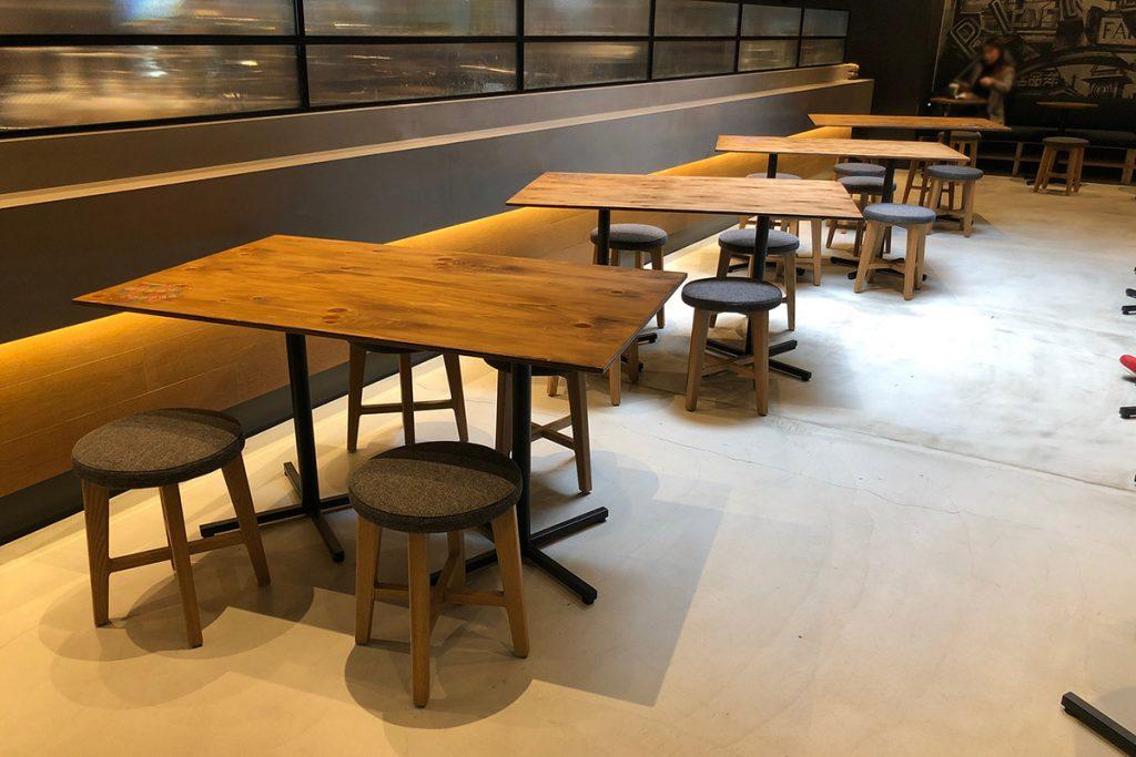 スターバックス コーヒー シモキタエキウエ店最大の特徴はお店の広さ。実は店内中央のレジの裏側にも広々とした席があります