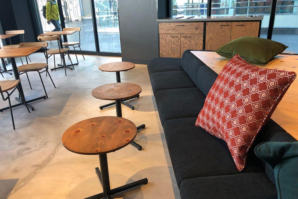 店内の中ほどは高さが低くよりゆったりできる席。色々なタイプの席があるので、好みに合わせて選べます