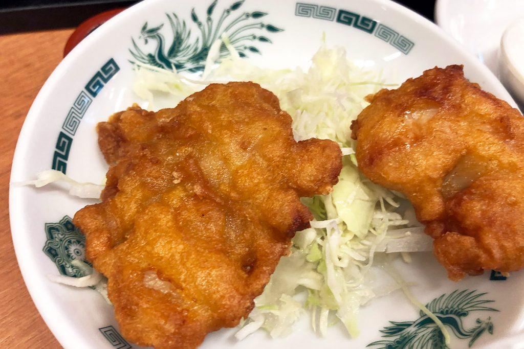 さらに唐揚げが2個(もしくは白菜キムチ)もついてくる、超ボリューミー