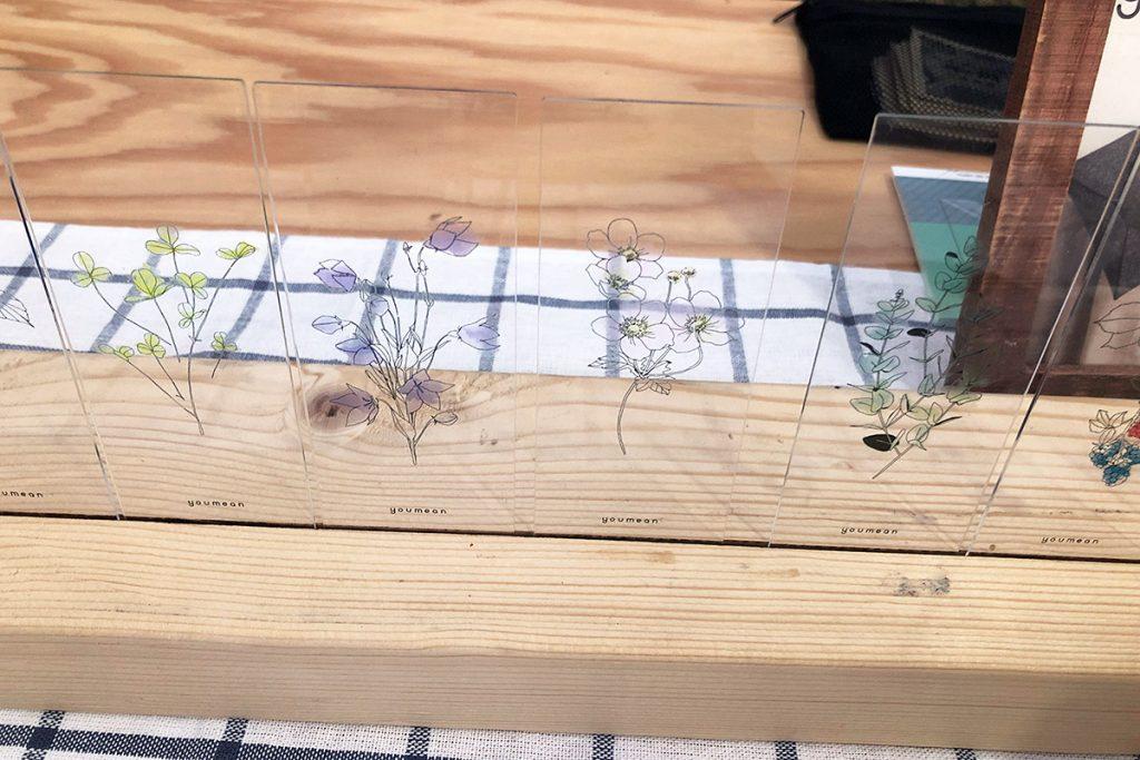 透明なアクリル板に繊細かつ穏やかなお花のイラスト