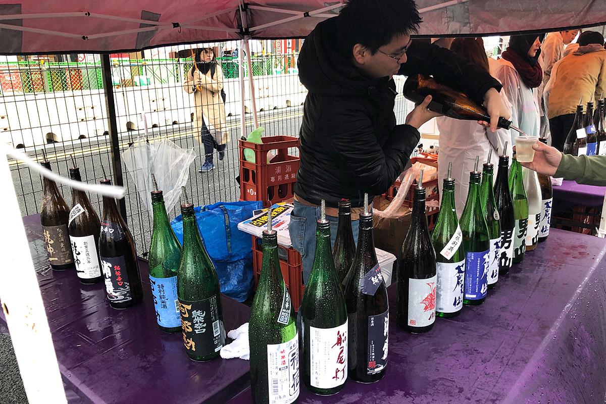 一番奥のブースで日本酒をいただきます