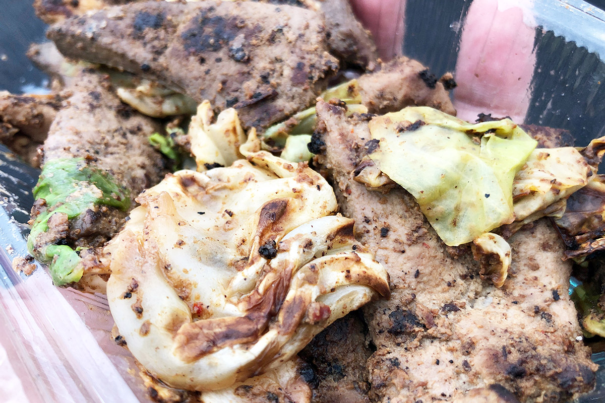 ホルモン焼きというと小腸や大腸を使ったイメージが強いですが、ハツやレバーなど様々な部位を使っているのが特徴。味噌だれ風味で、お酒のあてにぴったり