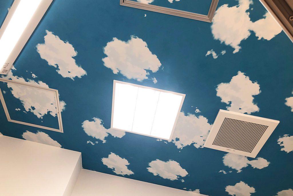 キッズの気持ちを落ち着かせるべく、天井はあおぞらー