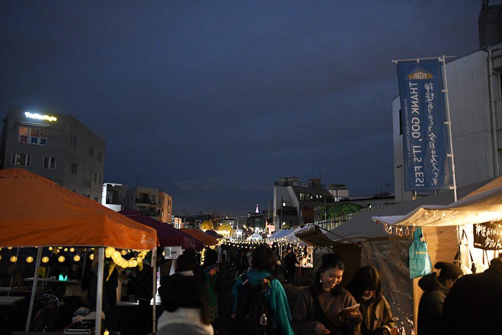 夜になっても賑やかなオオゼキ横の小田急線跡地。アーティストの物販がこの場所に集結したこともあり、多くの人がこの場所に詰めかけていました