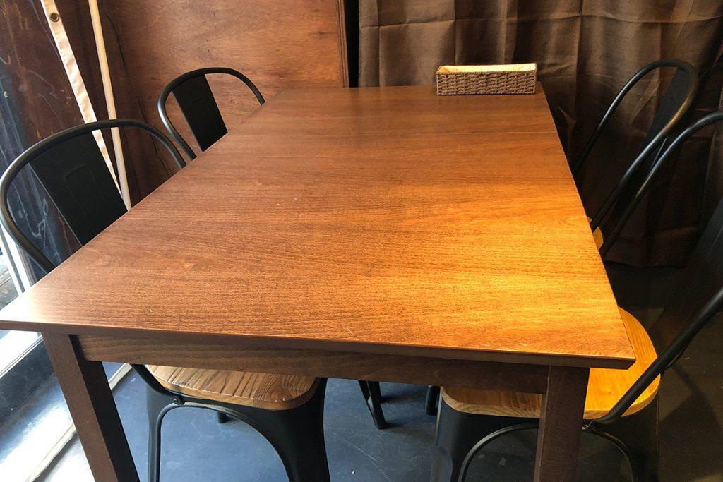 4人掛けのテーブルと、2人掛けのテーブルが2つあります