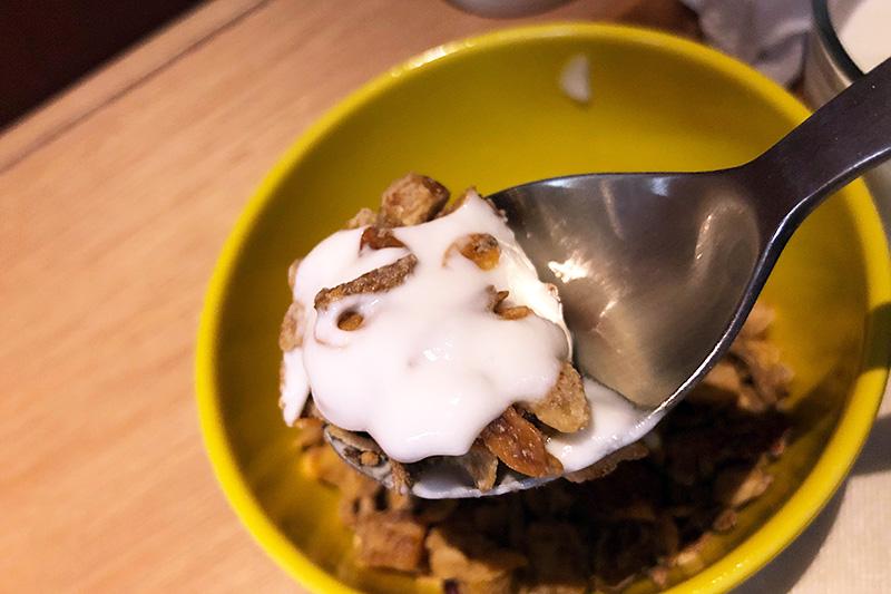 グラノーラにヨーグルトをセットしましたが、ミルクやカフェオレもセットできます