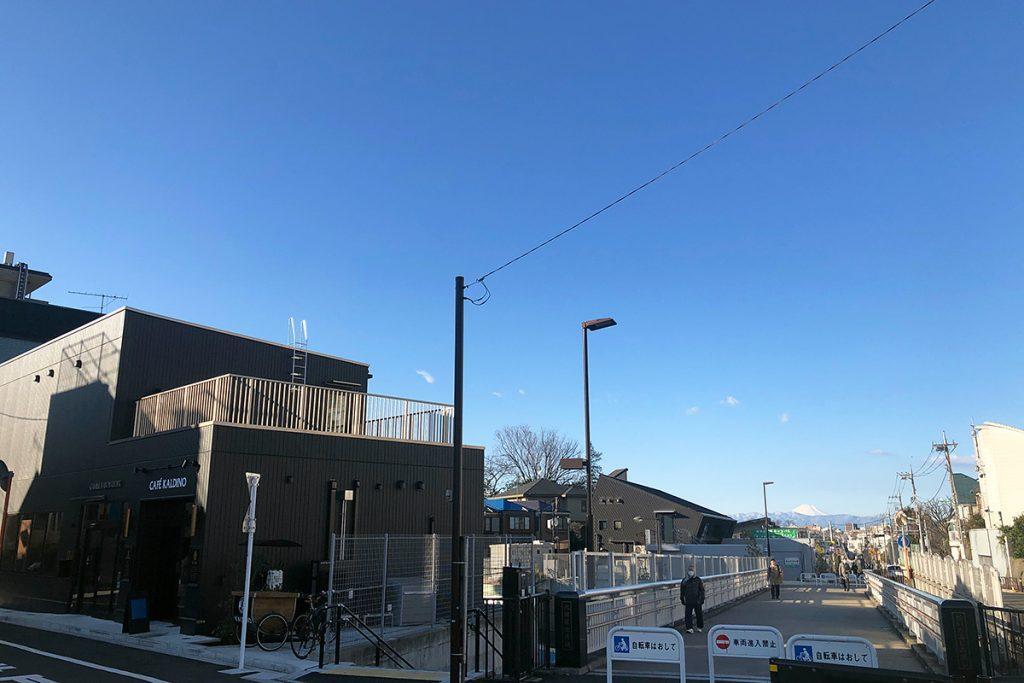 お店の外から梅ヶ丘方面を臨む、今日は真っ白に雪化粧した富士山を見ることができました