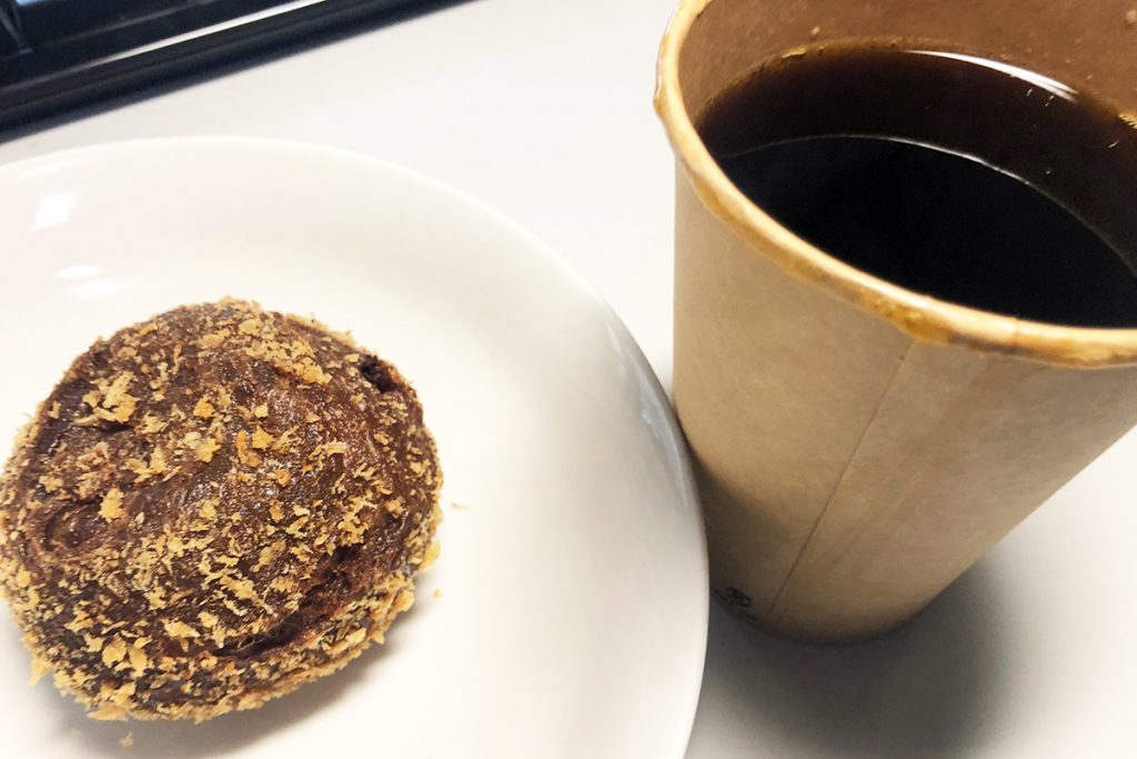 カフェカルディーノ世田谷代田の「オリジナルコーヒーL」と「珈琲カレーパン」