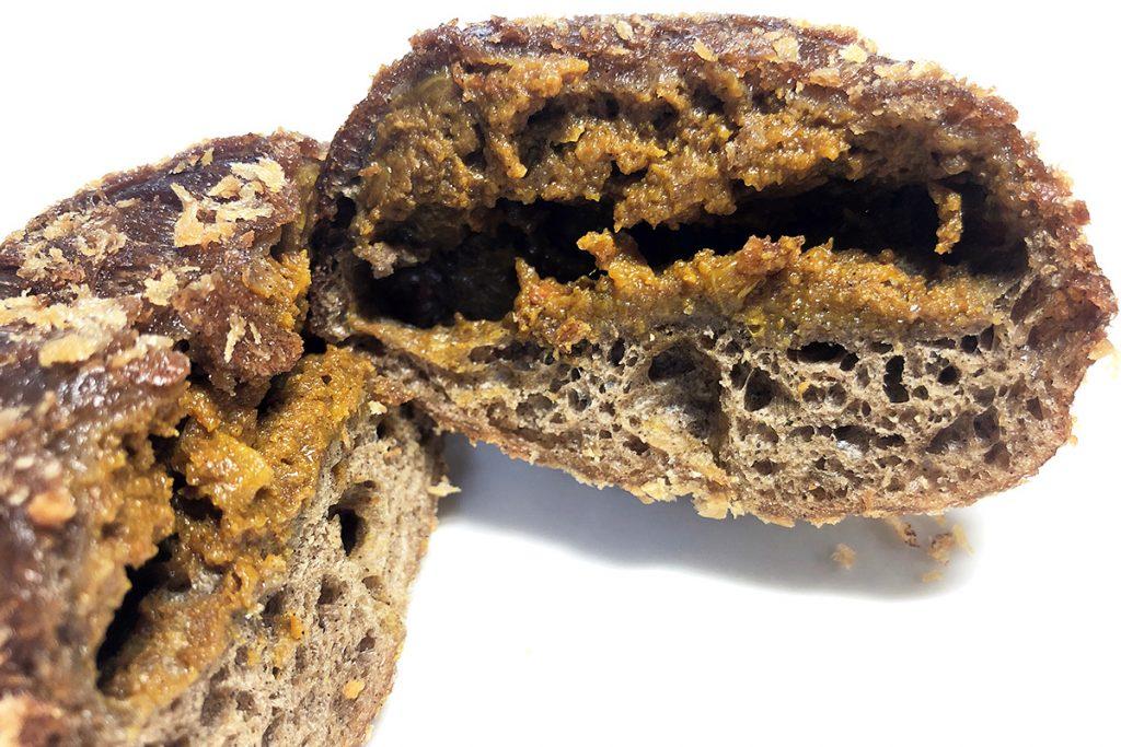 珈琲カレーパンは、珈琲生地を使った揚げカレーパンです