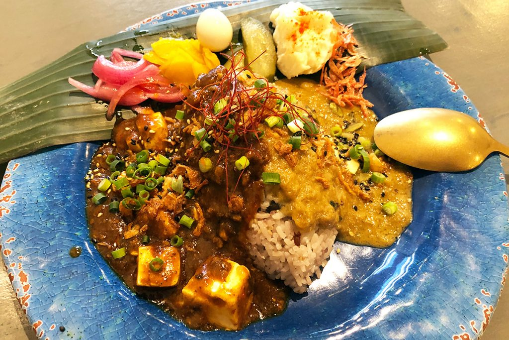 狛犬珈琲の「2種カレー グリーンカレー&マーボー豆腐カレー」1280円(税別)