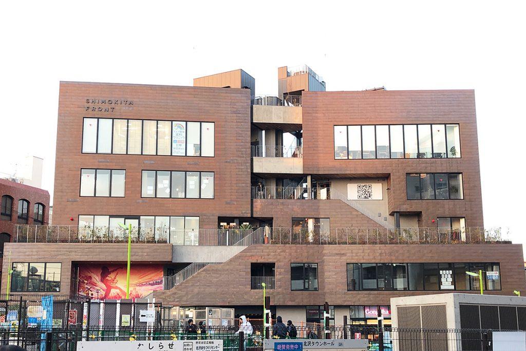 「SHIMOKTIA FRONT」外観、「Flowers Loft」へは正面右側「ゴンチャ」横に専用階段が設けられている