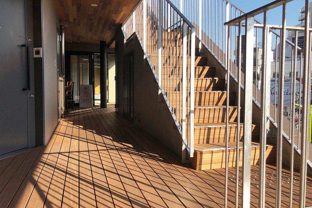シモキタフロントの階段で2階へ