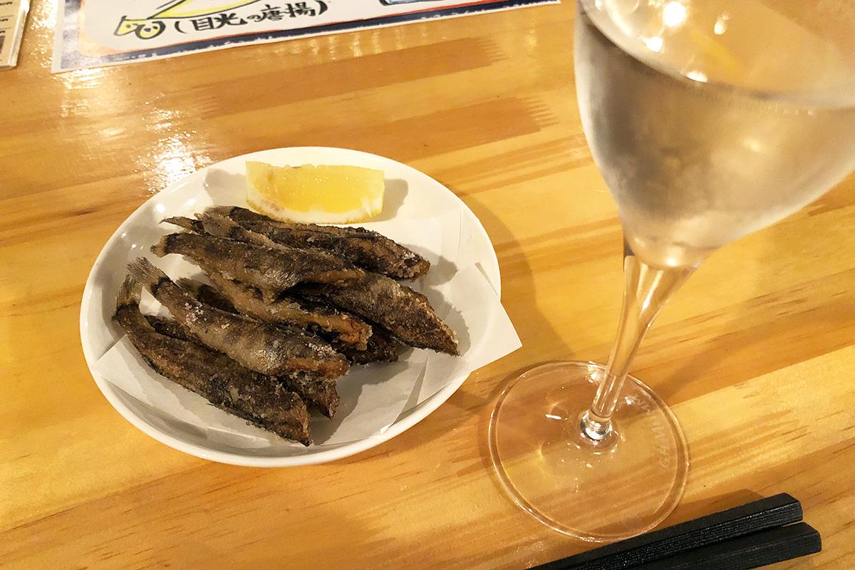 vizzの自慢の一品「目光の唐揚げ」と日本酒「日本刀」