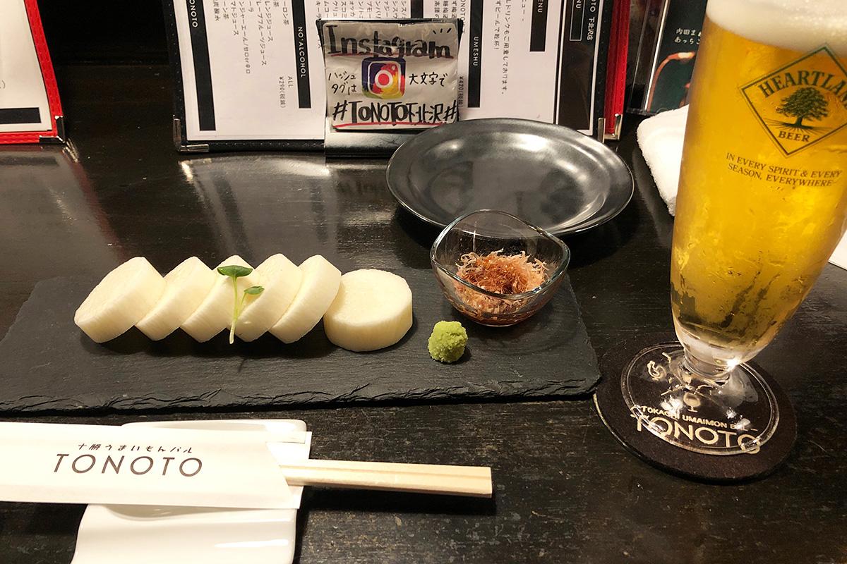 TONOTOの自慢の一品「鮮度抜群十勝産長芋の刺し身(生)」と「ビール(ハートランド)」