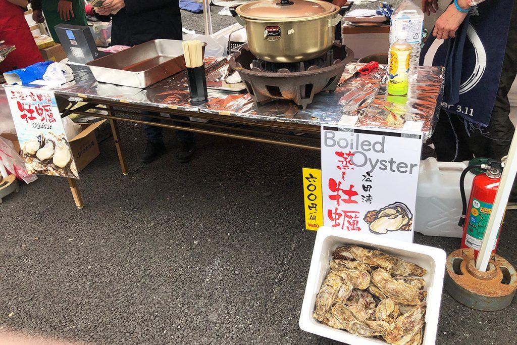 こんな大きな牡蠣も。自分で選んだ牡蠣をその場で蒸してくれます