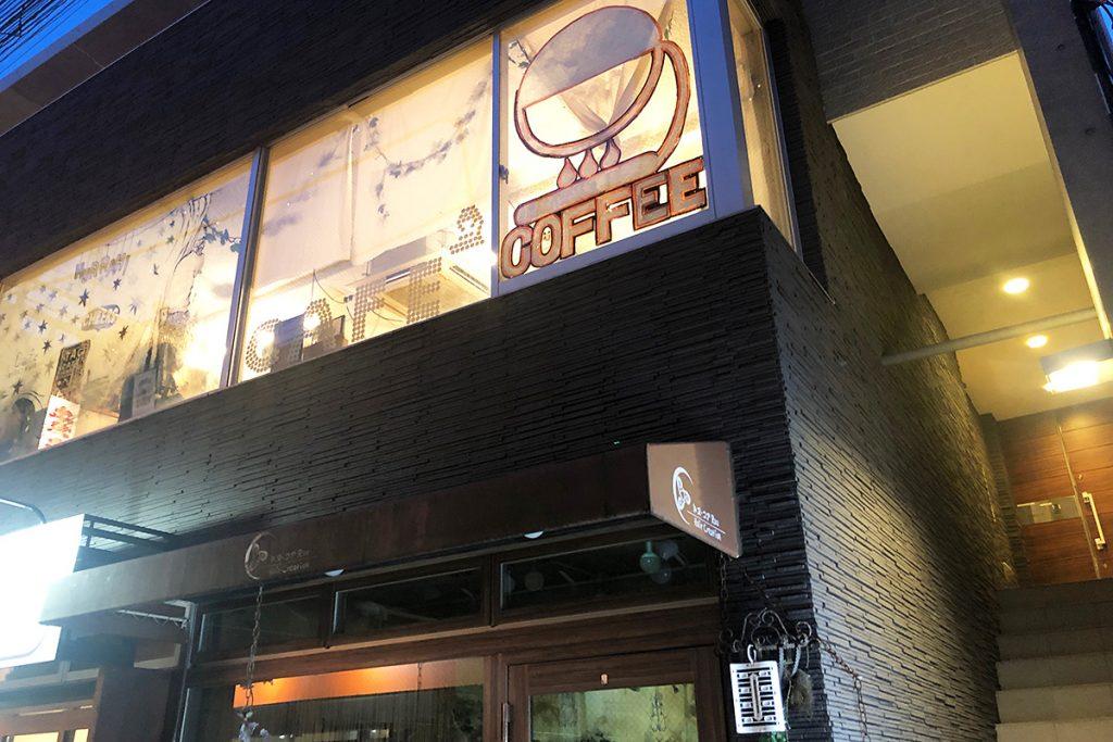 「tagcafe」は階段を上がった2階