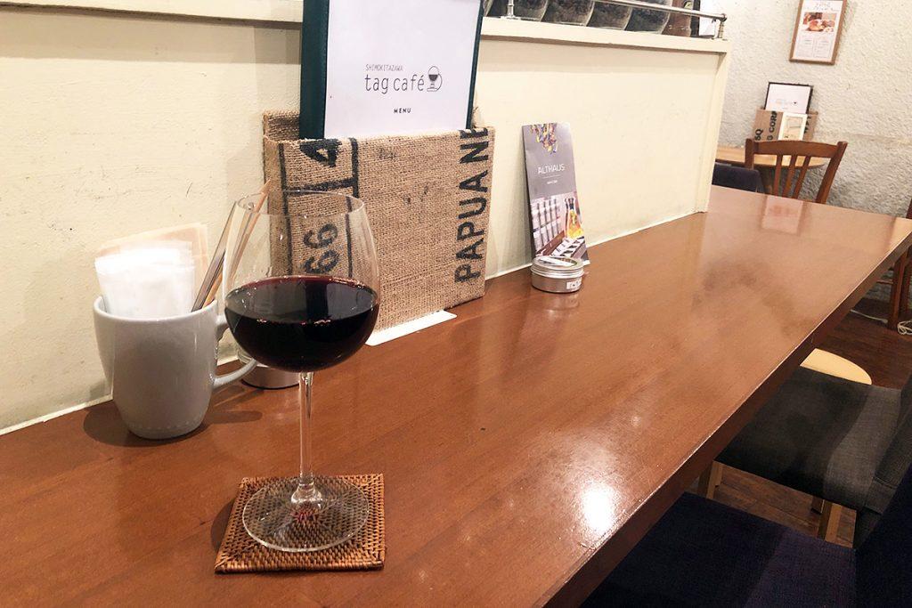 なんだかそれっぽいグラスに入った赤ワインが