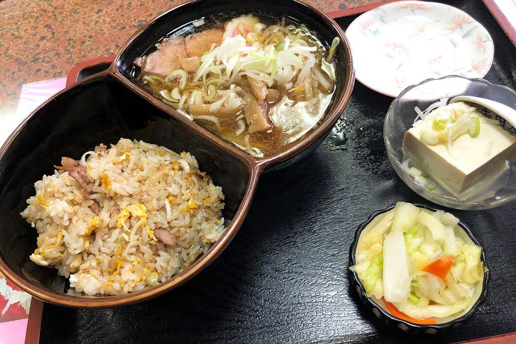 吉田屋の「半チャーハン半ラーメン」780円(税込)