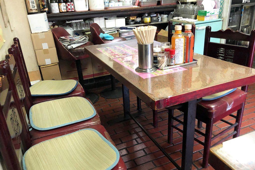 お店の広さがいまいち分からなかったけど、テーブル3つのこじんまりとしたお店です