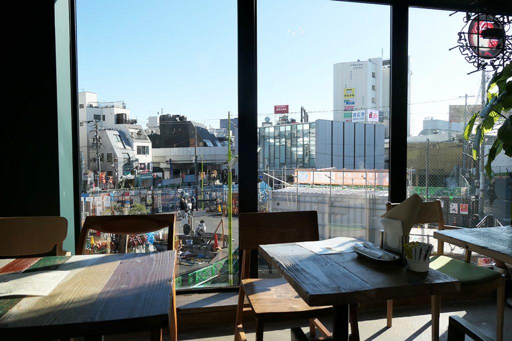 駅に面したテーブル席、夜はアタラシイ下北沢駅のイルミネーションが映えますが、昼は開放感あふれる雰囲気です