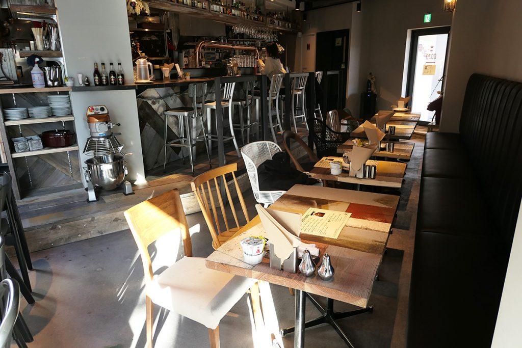 広々とした店内、厨房に面したカウンター席でもよし、テーブル席でゆったりと味わうもよし