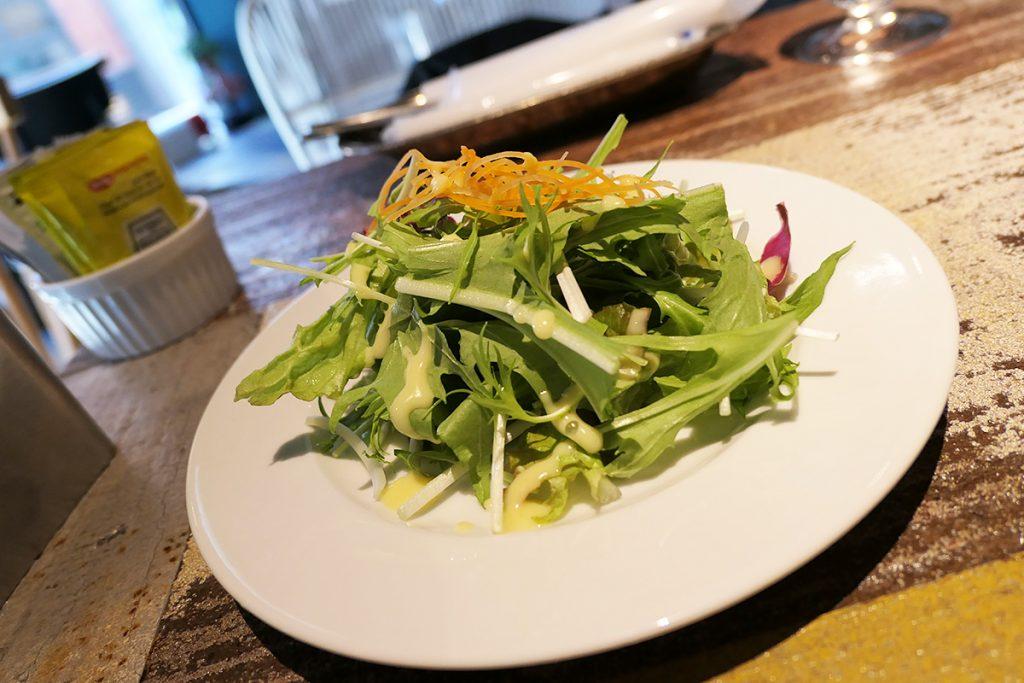 ランチセットの小さなサラダ、全然小さくない