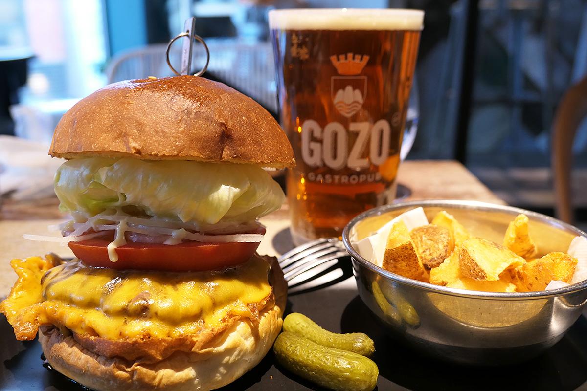 Gastropub GOZOの『チェダーチーズバーガー』と『創エール』