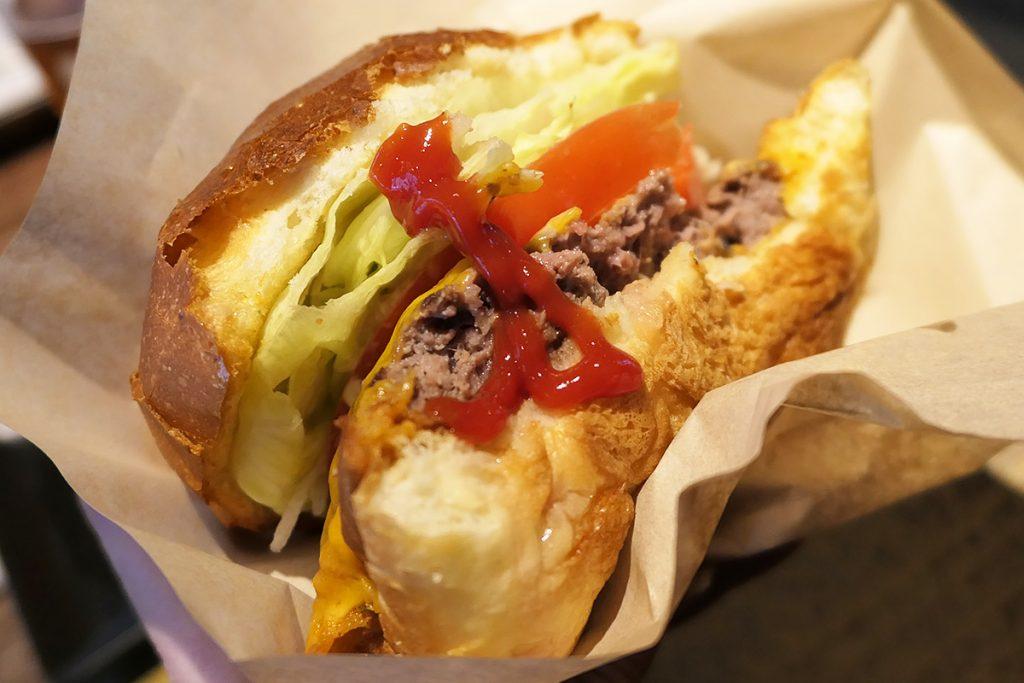 お店でスモークされたケチャップをつけると、さらに深みのあるハンバーガーになります
