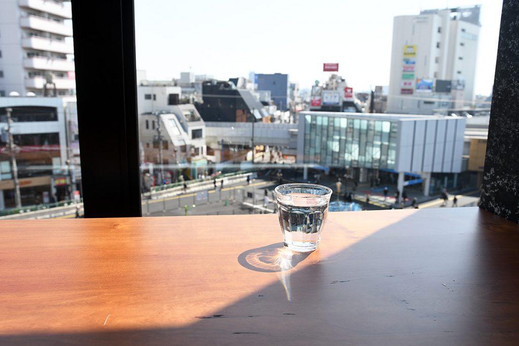 4階ということもあり、下北沢駅前が一望できます