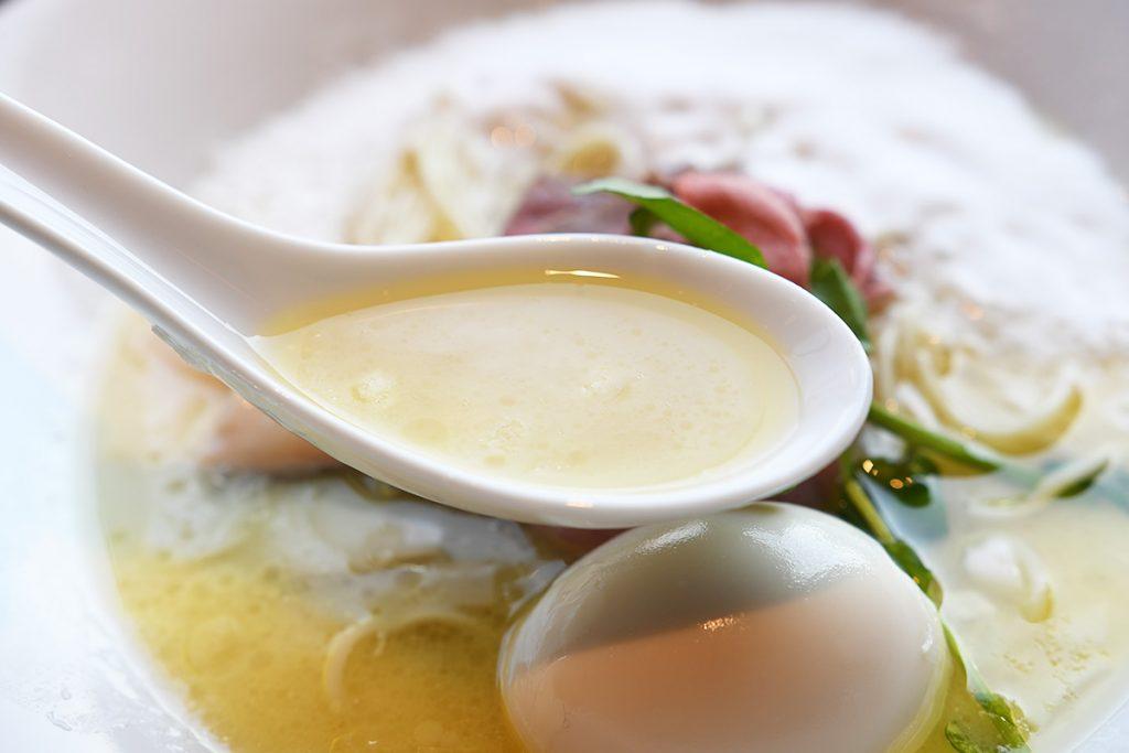 鶏白湯とムール貝をベースにしたスープ