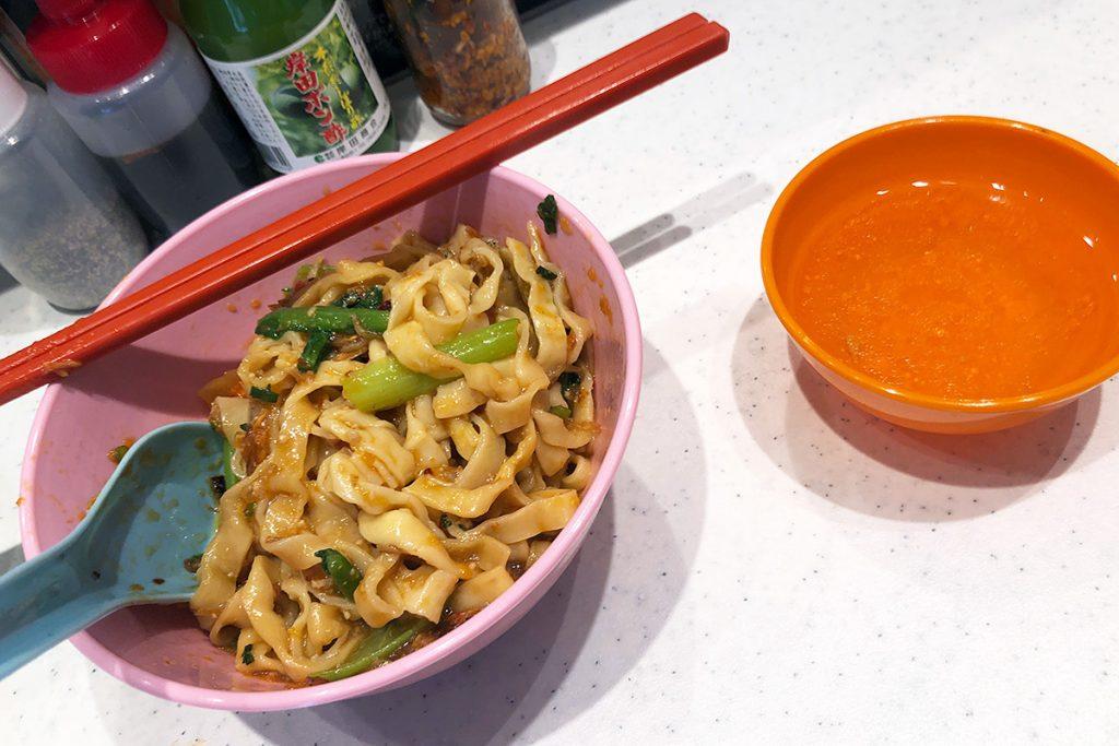 混ぜ麺なので、まずはしっかりと混ぜましょう。ちなみに、スープもついてきます。あ、なんか、このスープめっちゃマレーシアっぽい!